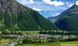 Vue sur le village de Bessans avec les montagnes en arrière plan