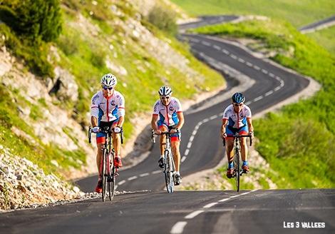 3 cyclistes dans la montée du col de la loze