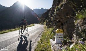 Cycliste dans la montée du col de l'Iseran